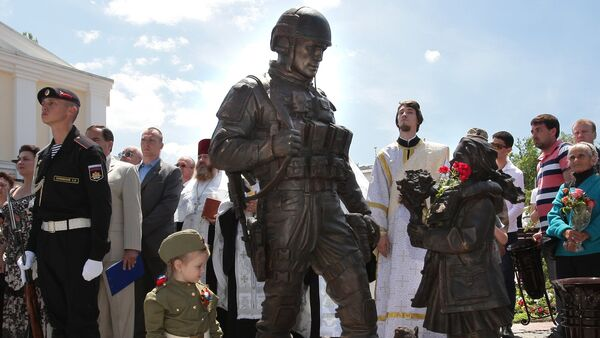 The monument to Polite People is unveiled outside the State Council of the Republic of Crimea - Sputnik International
