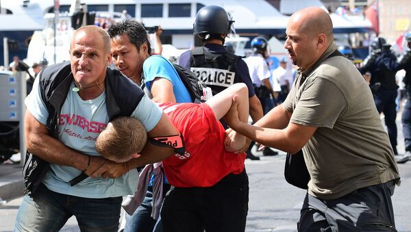 An England fan (C) is detained by police personnel following clashes between England fans and police in the city of Marseille, southern France, on June 11, 2016, ahead of the Euro 2016 football match between England and Russia - Sputnik International