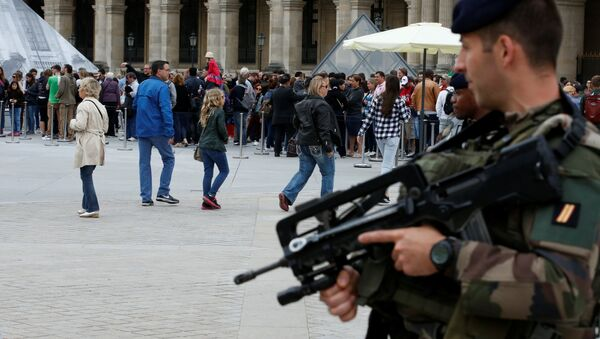 French army soldiers patrol as tourists form a queue at the entrance of the Louvre museum in Paris, France as the French capital is under high security during the UEFA 2016 European Championship - Sputnik International