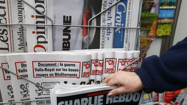 A woman picks up the issue of Charlie Hebdo. - Sputnik International