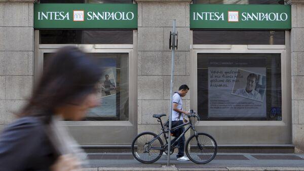 People walk past an Intesa Sanpaolo bank branch in Milan, Italy. (File) - Sputnik International