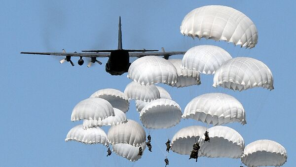 Polish troops land with parachutes at the military compound near Torun, central Poland, on June 7, 2016, as part of the NATO Anaconda-16 military exercise - Sputnik International