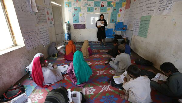 Afghan internally displaced school girls study at the class near their temporary home in Kabul, Afghanistan, Tuesday, May 31, 2016 - Sputnik International