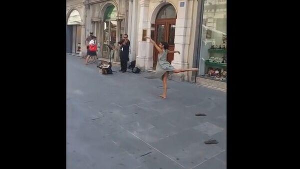 Palestinian tourist dancing in Italy - Sputnik International