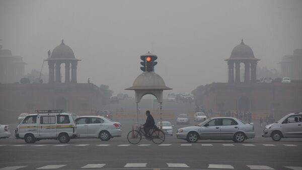 Vehicles move past the Presidential Palace as smog engulfs the evening in New Delhi, India. - Sputnik International