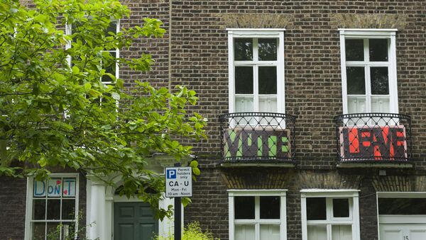 Vote Leave signs placed on the balconies in Highgate Road, North London, as residents vote in a referendum on whether to remain part of European Union or leave. - Sputnik International