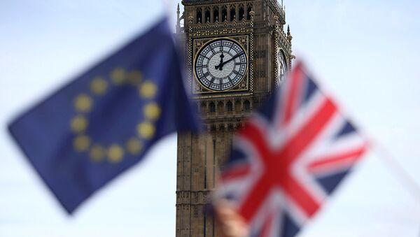 Participants hold a British Union flag and an EU flag during a pro-EU referendum event at Parliament Square in London. - Sputnik International