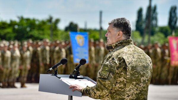 Ukrainian President Petro Poroshenko speaking before officers and cadets at the Kharkiv Air Force University - Sputnik International