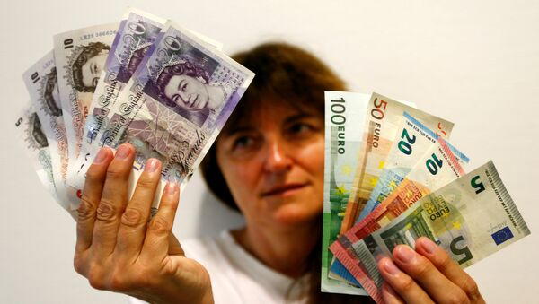 An employee holds British pounds and Euro banknotes in a bank at the main train station in Munich, Germany, June 24, 2016 after Britain voted to leave the European Union in the EU BREXIT referendum - Sputnik International