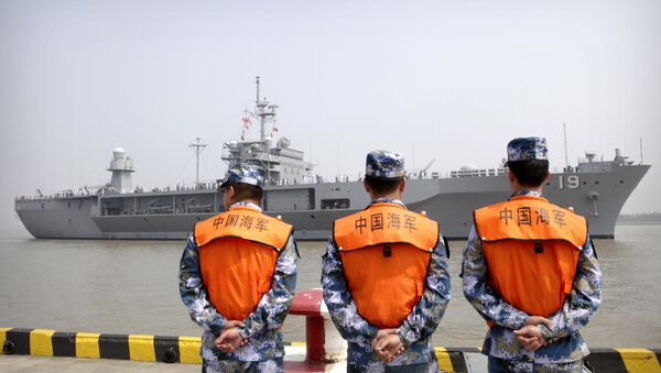 Soldiers from the Chinese People's Liberation Army (PLA) Navy watch as the USS Blue Ridge arrives at a port in Shanghai, Friday, May 6, 2016 - Sputnik International
