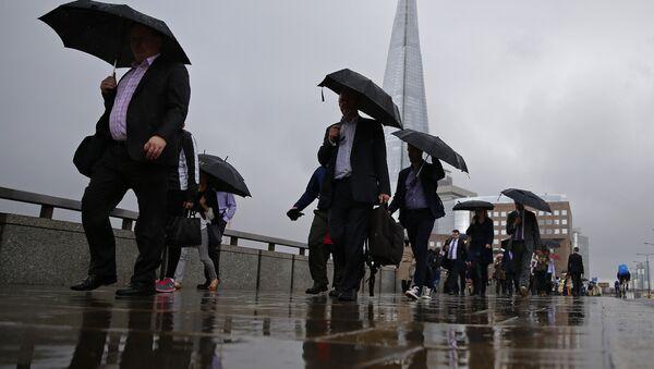 Commuters heading into the City of London walk in the rain across London Bridge, in front of the Shard skyscraper, in central London on June 27, 2016. - Sputnik International