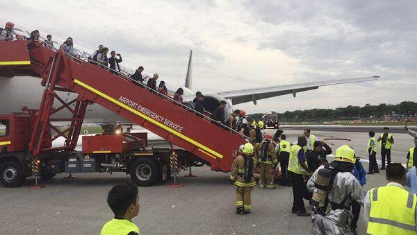 Singapore Airlines Plane Bursts Into Flames After Emergency Landing - Sputnik International