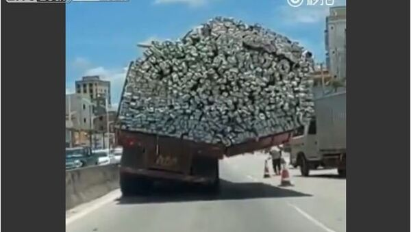 Truck with unbalanced load runs on road - Sputnik International