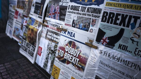 A picture taken on June 25, 2016 in Athens shows the front page of the Greek newspaper 'Ta Nea' reading 'be afraid of Brexit' and other newspapers bearing headlines reporting the result of the UK's vote to leave the EU in the June 23 referendum - Sputnik International