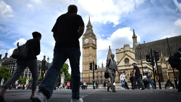 Londoners pass the Elizabeth Tower (C) which houses the Big Ben bell in the Palace of Westminster in central London on June 28, 2016. - Sputnik International