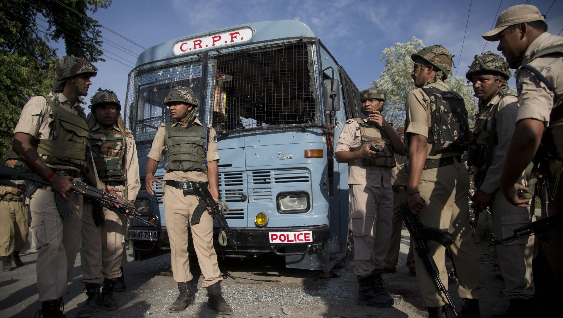 Indian security personnel stand guard near the bus that was carrying paramilitary soldiers damaged after a highway ambush by suspected rebels in Pampore, on the outskirts of Srinagar, Indian controlled Kashmir, Saturday, June 25, 2016 - Sputnik International, 1920, 03.08.2021