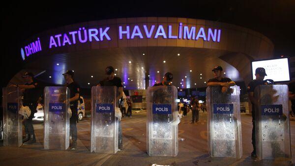 Turkish police block the entrance to Istanbul's Ataturk airport - Sputnik International