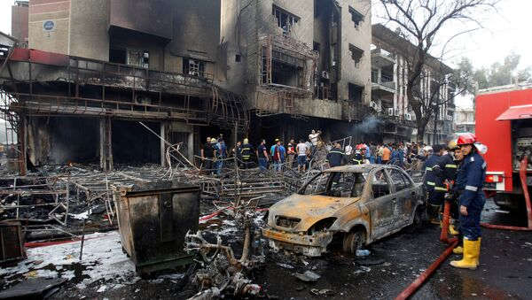 People gather at the site of a suicide car bomb in the Karrada shopping area, in Baghdad, Iraq July 3, 2016 - Sputnik International