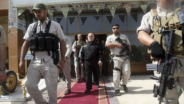 Iraq Prime Minister Haider al-Abadi, center, surrounded by his guards (File) - Sputnik International