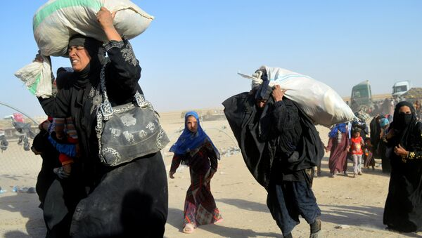 Women displaced by violence from Islamic State militants, arrive at a military base in Ramadi, Iraq, June 27, 2016. - Sputnik International