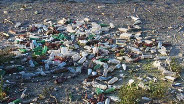 Plastic Trash Floating on the River, Water Pollution - Sputnik International
