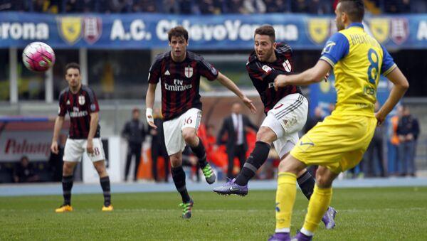 AC Milan's Andrea Bertolacci, right, kicks the ball during a Serie A soccer match against Chievo at Bentegodi stadium in Verona, Italy, Sunday, March 13, 2016 - Sputnik International