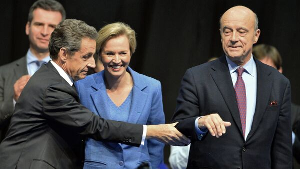 Former French President and French right-wing Les Republicains (LR) party President Nicolas Sarkozy (L) touches mayor of Bordeaux Alain Juppe (R) (File) - Sputnik International