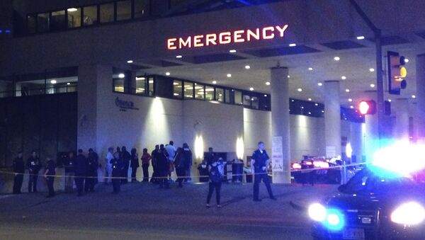 Police and others gather at the emergency entrance to Baylor Medical Center in Dallas, where several police officers were taken after shootings Thursday, July 7, 2016. - Sputnik International