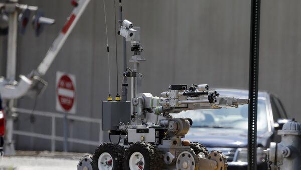 An Atlanta Police robot loads a possible Civil-War era cannonball into an explosives containment vehicle. - Sputnik International