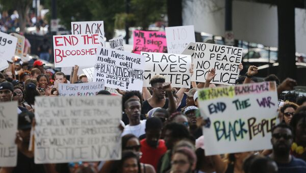 Demonstrators march through downtown Atlanta to protest the shootings of two black men by police officers, Friday, July 8, 2016. - Sputnik International