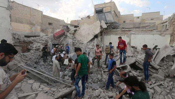 Men look for survivors under the rubble of a damaged building after an airstrike on Aleppo's rebel held Kadi Askar area, Syria July 8, 2016. - Sputnik International