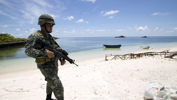 A Filipino soldier patrols at the shore of Pagasa island (Thitu Island) in the Spratly group of islands in the South China Sea, west of Palawan, Philippines, May 11, 2015. - Sputnik International