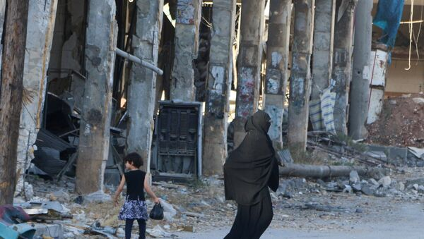 Residents walk past damaged buildings in the rebel held area of Aleppo's Bab al-Hadeed district, Syria, June 27, 2016. - Sputnik International