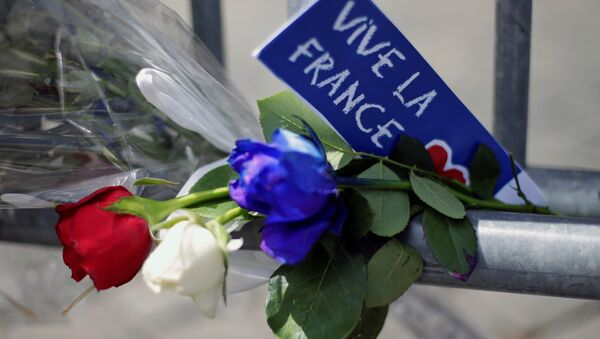 Flowers are seen attached to a fence to remember the victims of the Bastille Day truck attack in Nice in front of the French embassy in Rome. - Sputnik International