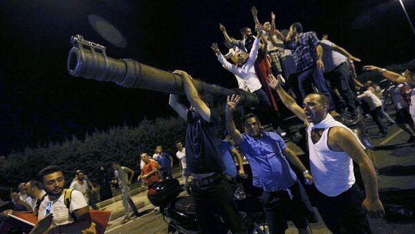 People Stand On A Turkish Army Tank At Ataturk Airport In Istanbul - Sputnik International