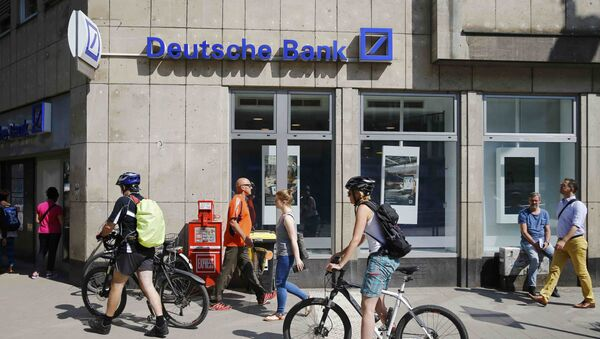 People pass in front of a branch of Germany's Deutsche Bank in Cologne, Germany, July 18, 2016 - Sputnik International