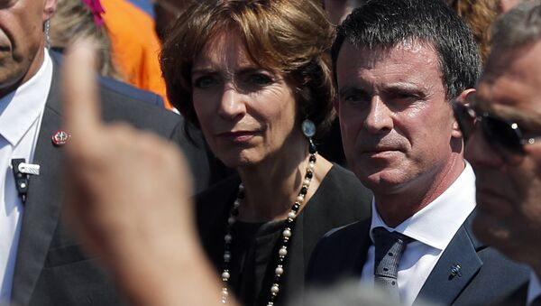 People boo French prime minister Manuel Valls, center, and Health Minister Marisol Touraine, left, after a minute of silence on the famed Promenade des Anglais in Nice, southern France, to honor the victims of an attack near the area where a truck mowed through revelers, Monday, July 18, 2016. - Sputnik International