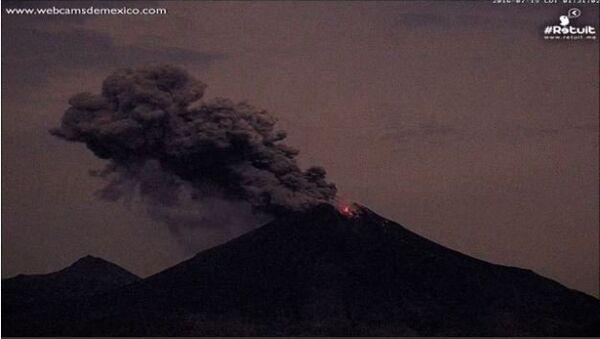 Fiery Blast, Lava Spew Seen During Colima Volcano Night Eruption - Sputnik International