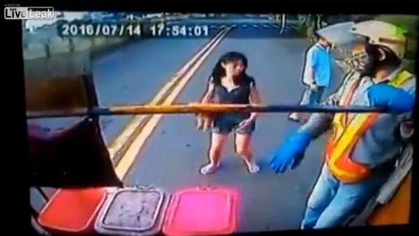 Woman faceplants during garbage pickup day in Taiwan - Sputnik International
