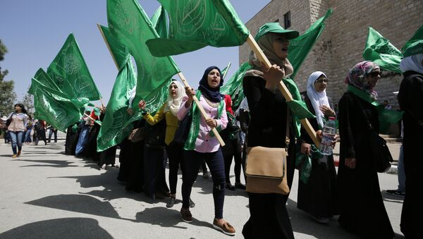 Palestinian students supporting the Hamas movement take part in a rally during an election campaign for the student council at the Birzeit University, near the West Bank city of Ramallah on April 26, 2016  - Sputnik International