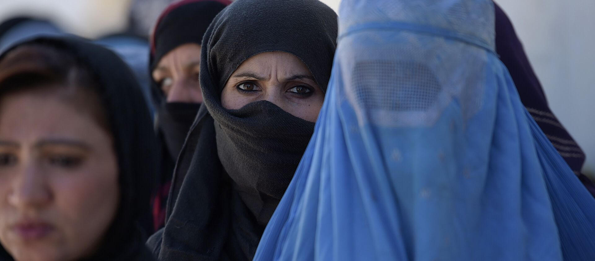 Afghan women line up to receive food donations during the month of Ramadan in Kabul on June 23, 2016 - Sputnik International, 1920