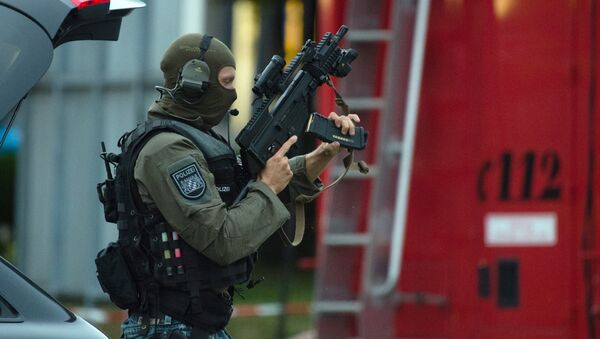 Police officer search a residential area near the Olympia shopping centre after a shooting was reported there in Munich. - Sputnik International