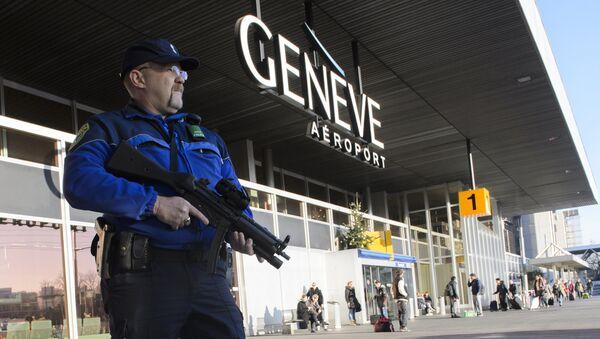 An armed policeman patrols on December 12, 2015 at Geneva Airport in Geneva - Sputnik International