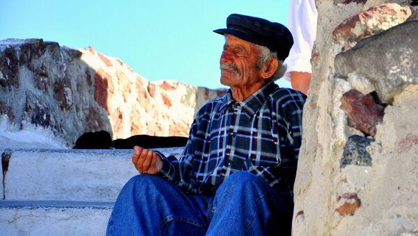 A beggar in Santorini, Greece. - Sputnik International