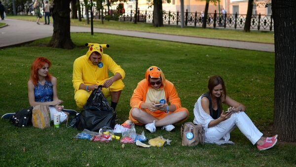 Pokemon Go players in Ilyinsky Park, Moscow - Sputnik International