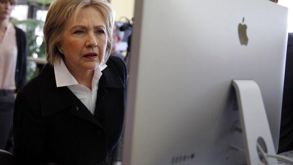 U.S. Democratic presidential candidate Hillary Clinton looks at a computer screen (File) - Sputnik International