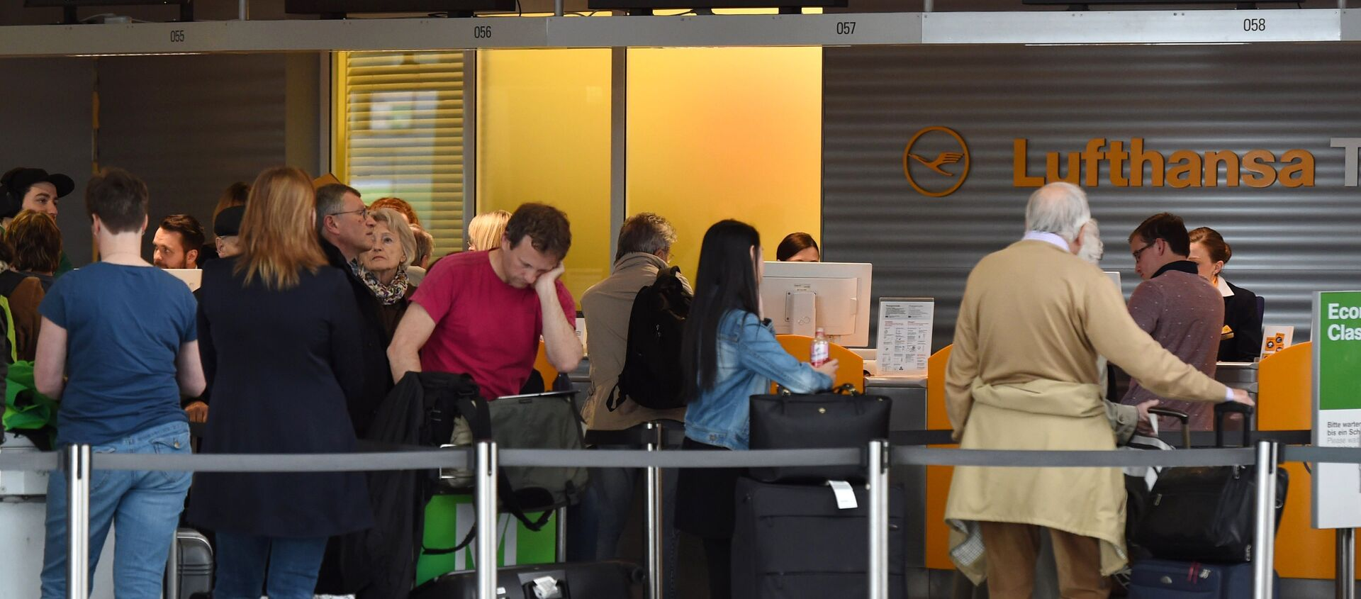 Passengers queue at a Lufthansa counter at the Franz-Josef-Strauss-airport in Munich, southern Germany, on April 27, 2016.  - Sputnik International, 1920