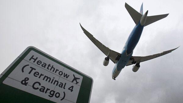 An aircraft lands at Heathrow Airport near London, Britain, December 11, 2015 - Sputnik International