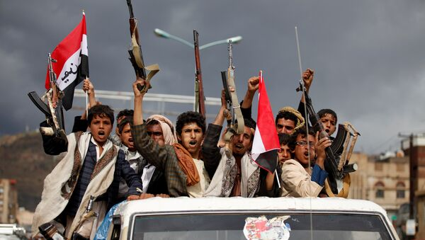 Armed men ride on the back of a truck to attend a rally held by supporters of Houthi rebels and Yemen's former president Ali Abdullah Saleh to celebrate an agreement reached by Saleh and the Houthis to form a political council to unilaterally rule the country, in Sanaa, Yemen August 1, 2016 - Sputnik International
