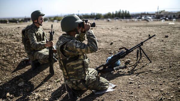 A Turkish soldier uses binoculars to check the Syrian border near the Mursitpinar border crossing on the Turkish-Syrian border in the southeastern town of Suruc, Sanliurfa province, on October 4, 2014 - Sputnik International